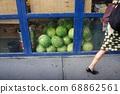 在紐約的一個蔬菜水果店的西瓜 68862561