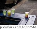 紐約一家咖啡館的店面。有人的冰茶。 68862564