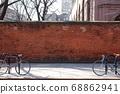 自行車停在紐約的街道上 68862941