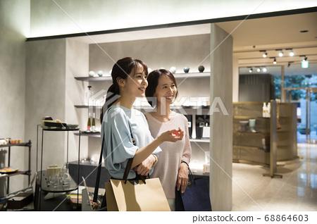 父母和孩子購物 68864603