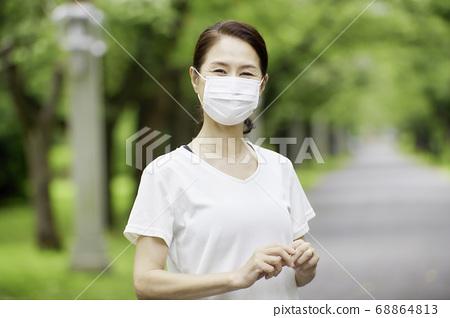 戴著面具的高級婦女戶外 68864813