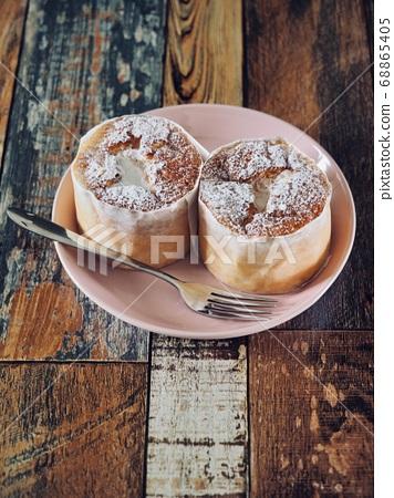 2個小圓形奶油蛋糕 68865405