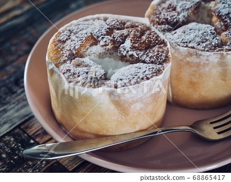 2個小圓形奶油蛋糕 68865417