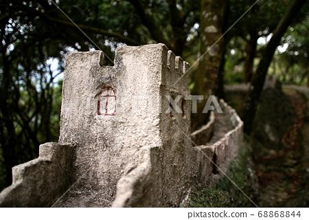 樹林裡一段長城的微縮模型 68868844