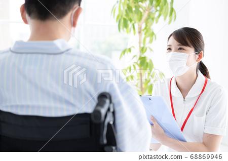 의료 환자의 청취를하는 간호사 (여성) 68869946