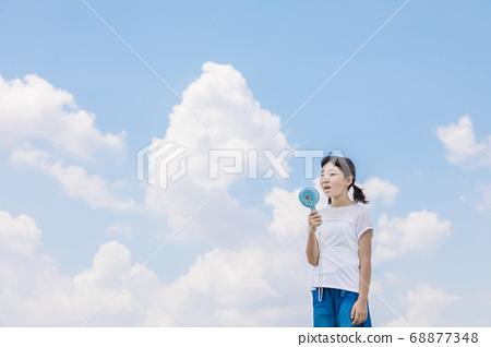 女孩在戶外使用風扇 68877348