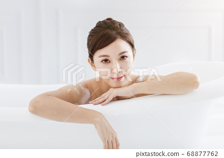 Beautiful young asian woman relaxing in bathtub 68877762