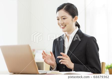 온라인 취업 활동을하는 여성 원격 면접 68879362