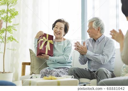 拿著禮物的高級婦女 68881042