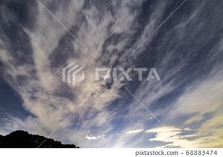 在薄雲中出現的流星 68883474