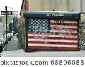 停車場百葉窗上繪製的星條旗 68896088
