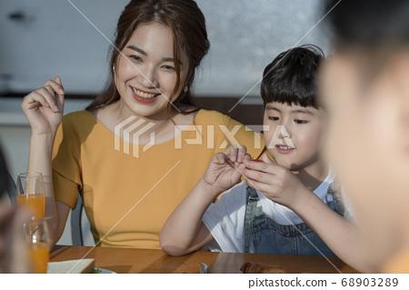 家庭聚餐 68903289