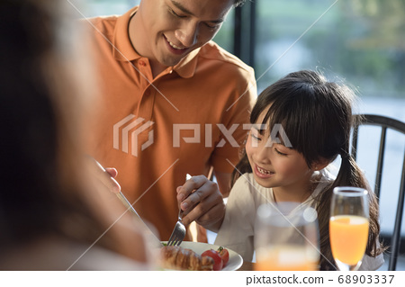 Family meal 68903337