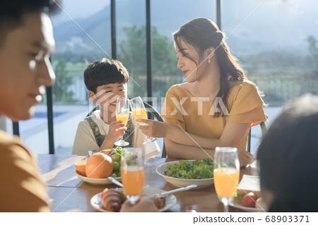 家庭聚餐 68903371