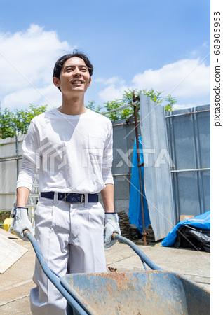 在建築工地工作的年輕男性工人 68905953