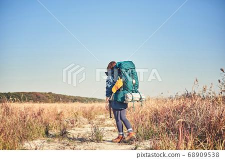 韓國年輕女子背包旅行。 68909538