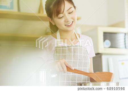 Women sticking to cooking 68910598