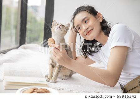 여성 라이프 스타일 고양이 휴식 68916342