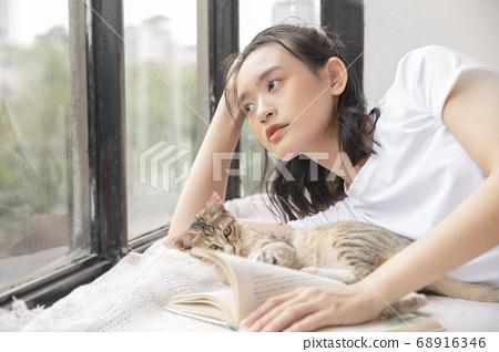 여성 라이프 스타일 고양이 휴식 68916346