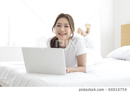 年輕女子,生活方式,互聯網購物 68918759