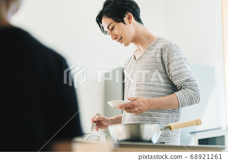 Men who cook rice in the kitchen 68921261