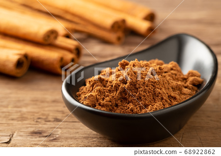 Close up cinnamon powder in a bowl background 68922862