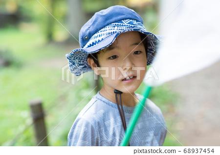 一個孩子在灌木叢中吸食昆蟲 68937454