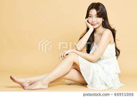 젊은여자,뷰티,미용,패션,베이지배경 68951008