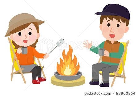 篝火男人和女人做烤棉花糖的插圖 68960854