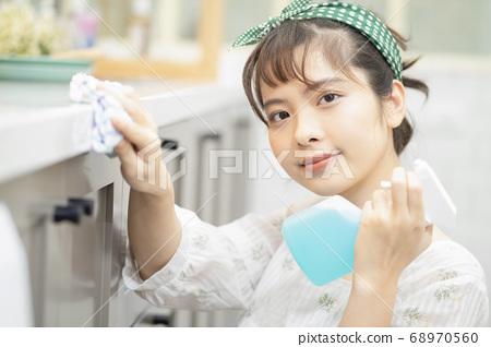 女性生活方式做家務清潔 68970560