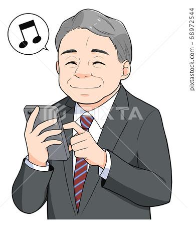 中老年人穿著可操作智能手機的西裝 68972544