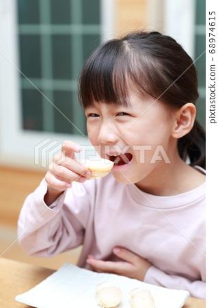 吃扇貝飯壽司的女孩 68974615