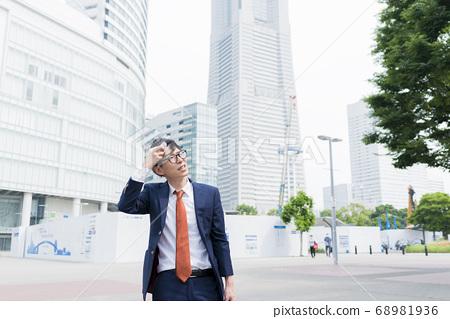 땀을 닦아 사업가 요코하마 미나토 미라이 68981936