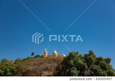 喬盧拉(Cholula)的墨西哥洛斯雷梅迪奧斯教堂(Los Remedios),在因西班牙入侵而毀壞的金字塔上建造 68989467