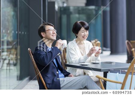 카페의 테라스에 앉아 수석 부부 68994738