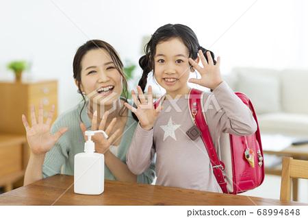 取得消毒液的親子小學生 68994848