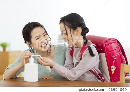 소독액을 손에 익히는 부모 초등학생 68994849