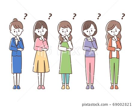 뭔가를 생각하는 5 명의 여성 69002821
