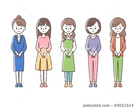 앞에서 손 잡고 5 명의 여성 69002824