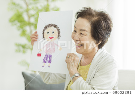초상화를 가지고 웃는 수석 여성 69002891