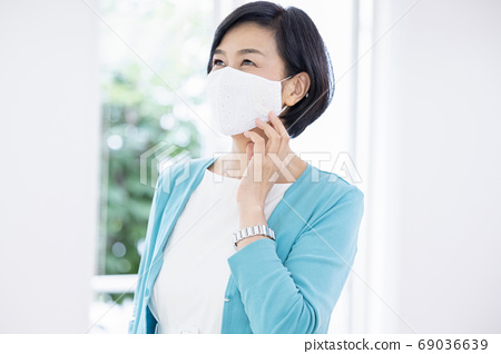 미들 여성 세련된 마스크를 착용하는 여성 69036639