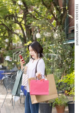 一個用無現金付款購物的女人 69043301