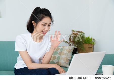 美麗的女人在家刷電視部分,或 69075527