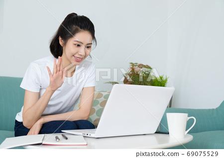 美麗的女人在家刷電視部分,或 69075529