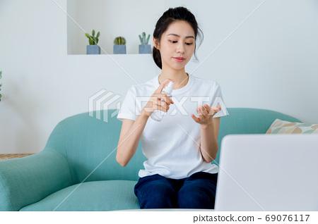 美麗的玉塑婦女清酒消毒手 69076117