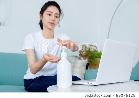 美麗的玉塑婦女清酒消毒手 69076129