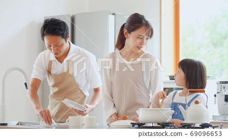 가족의 요리 풍경 69096653