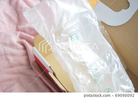 Small cardboard box and air cushion 69098092
