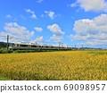 푸른 하늘 아래 시골를 주행하는 JR 구사 쓰 선 221 계 열차 풍경 69098957