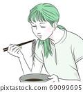 一個年輕的女人,who著麵條(上半身,女人,短袖,夏天) 69099695